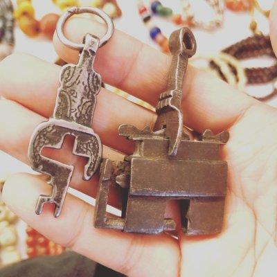 画像1: チベットの鍵 (Tibetan old padlock key) アンティーク