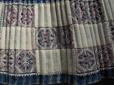 画像1: モン族(雲南ミャオ族)刺繍プリーツ巻きエプロンスカート